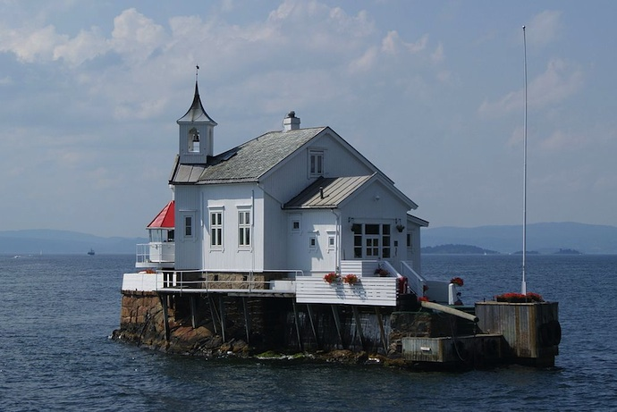 Dyna lighthouse in the Oslofjord can be seen on boat trip from Oslo