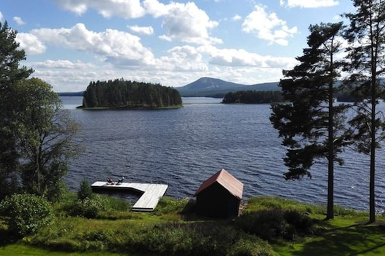 Stay on Lake Siljan in this lovely lakeside cottage