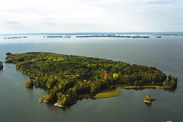 Sweden's Lake Hjalmaren has warm water for swimming, kayaking and boat trips.